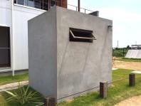 インダストリアルなコンクリート製小屋,アンティークを使ったモルタル塗りの小屋