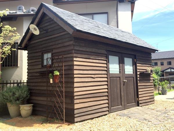 ナチュラルガーデンに合う小屋,ガーデンシェッド,耳付き鎧板小屋