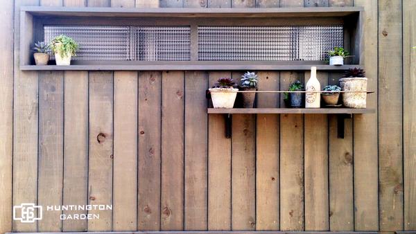 ウッドフェンス・ナチュラルな木製フェンス、窓付きフェンス